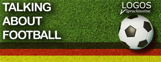Fußball auf Deutschland Flagge und Spielfeld zur WM